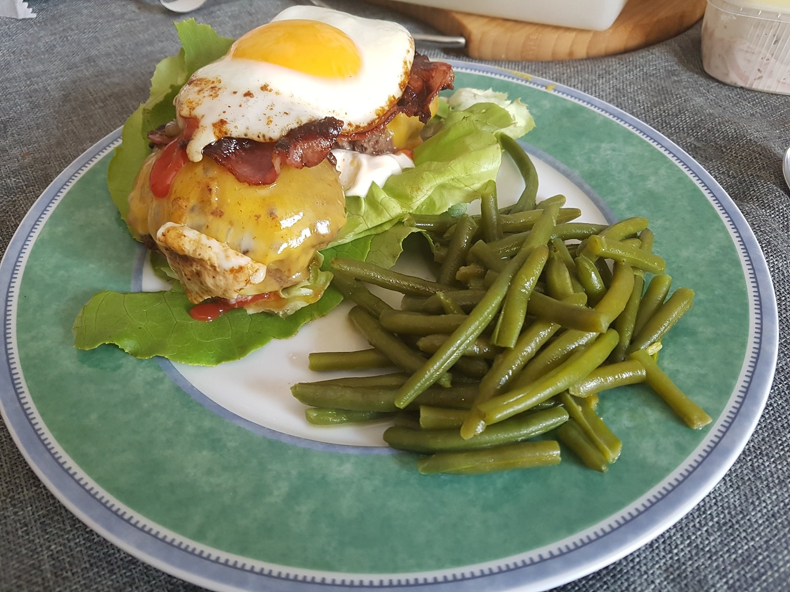 Cheeseburger mit Bacon und Ei